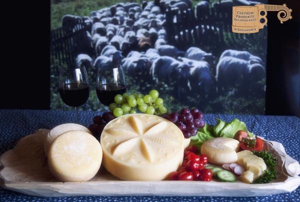Ser wołoski dojrzewający z owcami w tle
